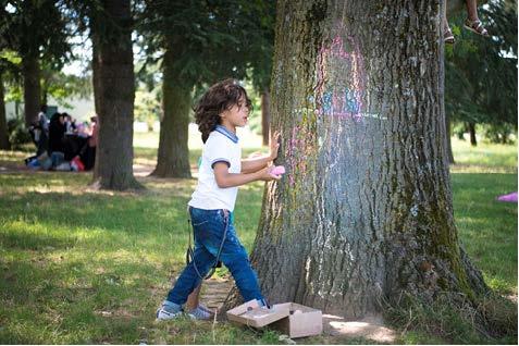 jeune garcon devant un arbre